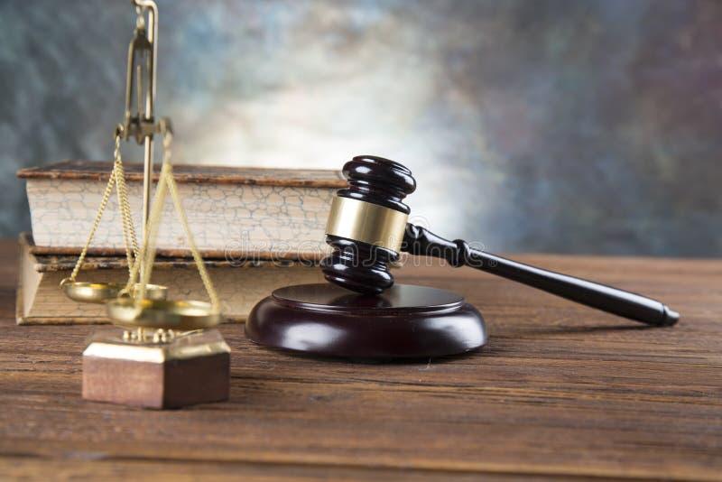 De achtergrond van het advocatenbureau De samenstelling van wetssymbolen op grijze steenachtergrond stock afbeelding