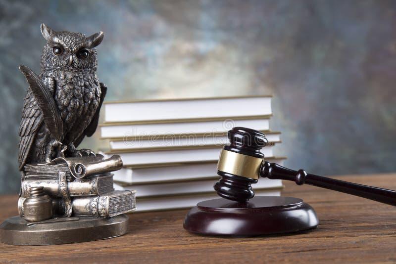 De achtergrond van het advocatenbureau De samenstelling van wetssymbolen op grijze steenachtergrond royalty-vrije stock afbeelding