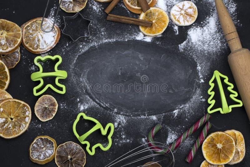 De achtergrond van het bakselconcept met kruiden en werktuigen voor Kerstmis royalty-vrije stock foto