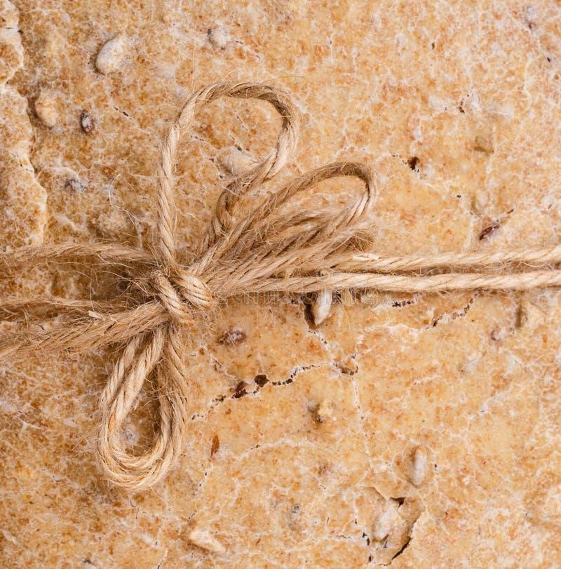 De achtergrond van het broodbrood met rustiek koord royalty-vrije stock afbeeldingen