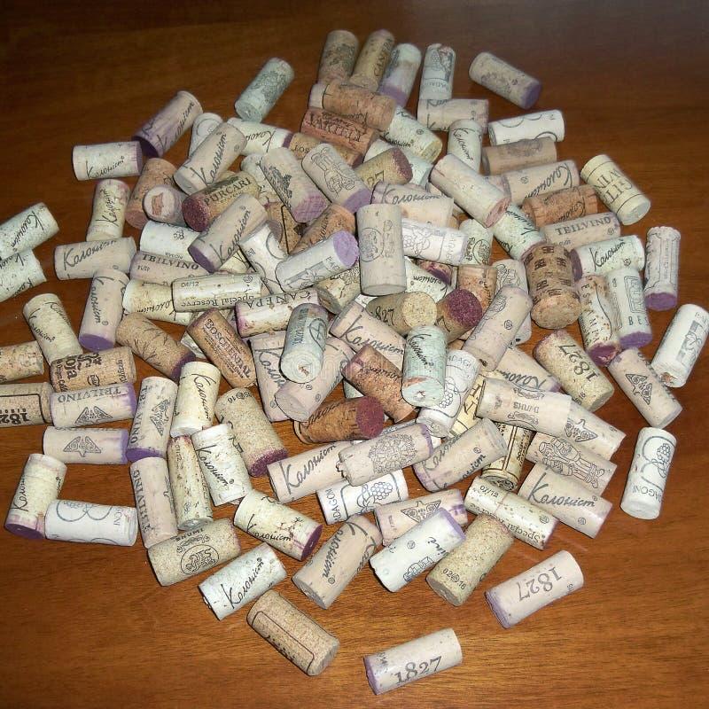 De achtergrond van het close-uppatroon van velen verschillende wijn kurkt met data royalty-vrije stock afbeeldingen