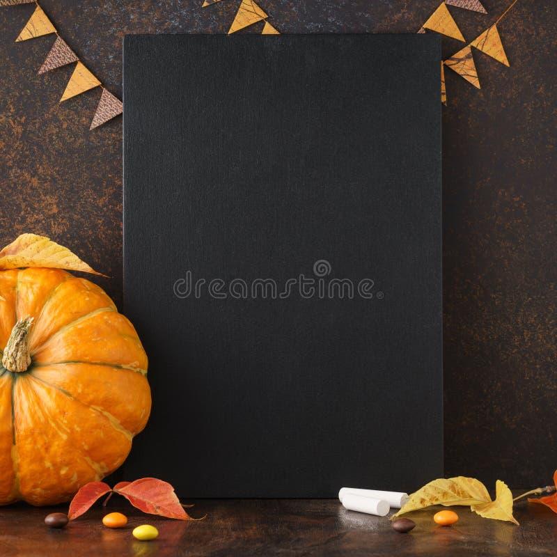 De achtergrond van het dalingsbord met pompoen, bladeren en suikergoed royalty-vrije stock foto's