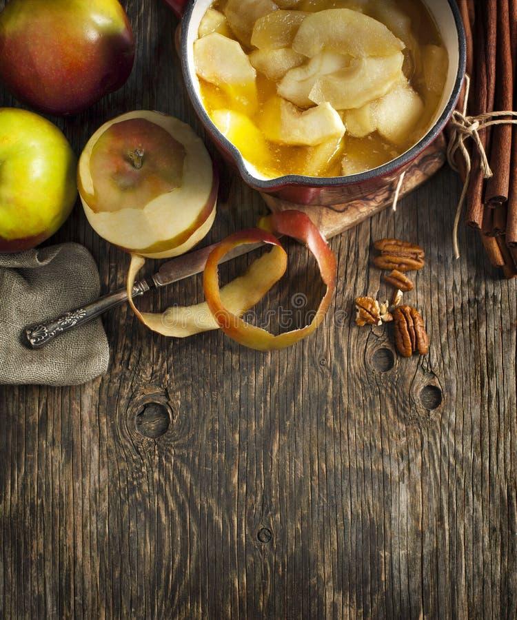 De achtergrond van het de herfstvoedsel met appelen, kruiden en noten ingrediënten royalty-vrije stock fotografie