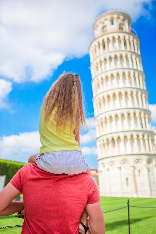 De achtergrond van het familieportret de het Leren Toren in Pisa Pisa - reis naar beroemde plaatsen in Europa stock fotografie