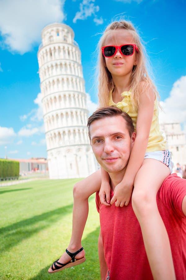 De achtergrond van het familieportret de het Leren Toren in Pisa Pisa - reis naar beroemde plaatsen in Europa stock foto
