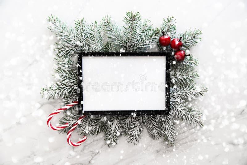 De achtergrond van het Kerstmiskader met Kerstmisboom en Kerstmisdecoratie De vrolijke kaart van de Kerstmisgroet, banner stock foto