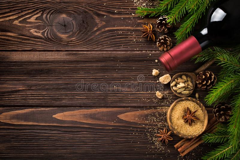 De achtergrond van het Kerstmisvoedsel met ingrediënten voor overwogen wijn royalty-vrije stock foto's