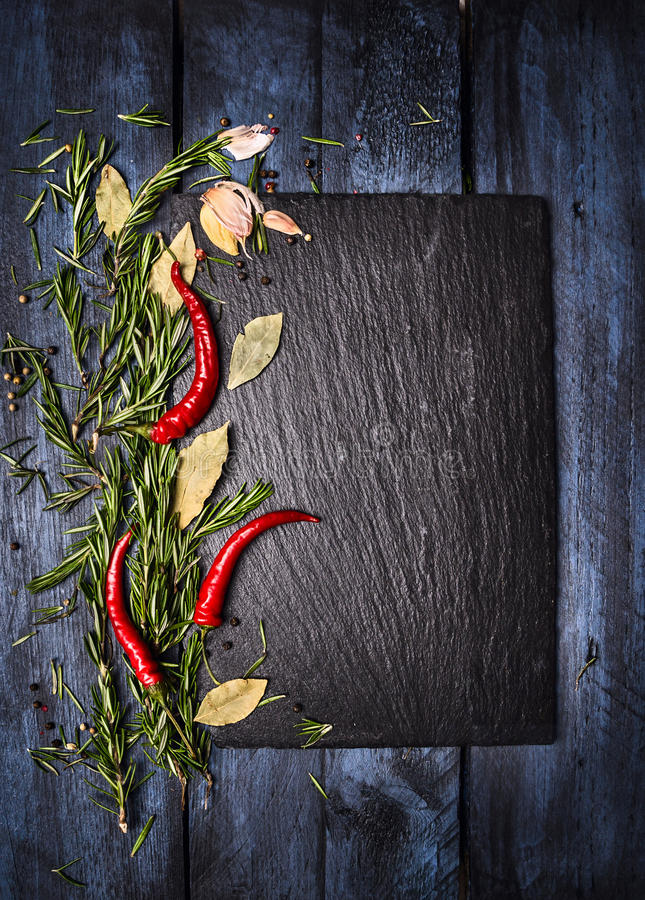 De achtergrond van het kruidenvoedsel met lei op blauwe houten lijst, hoogste mening royalty-vrije stock foto