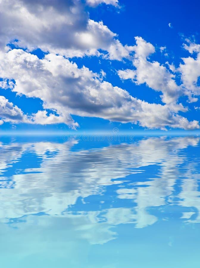 De achtergrond van het landschap - wolken in een blauwe hemel stock fotografie