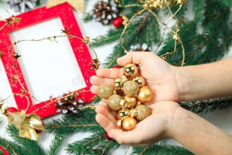 De achtergrond van het nieuwjaar `s De gouden gebieden van het nieuwjaar van de kleine grootte in de palmen van open kinderen Voo royalty-vrije stock afbeelding