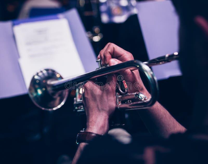 De achtergrond van de het overlegmuziek van de trompetterclose-up stock foto's