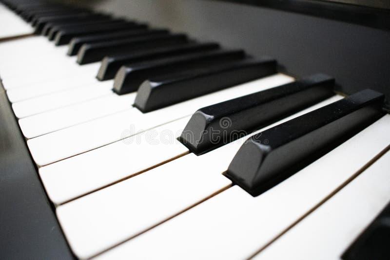 De achtergrond van het pianotoetsenbord met selectieve nadruk Normaal kleur gestemd beeld stock foto