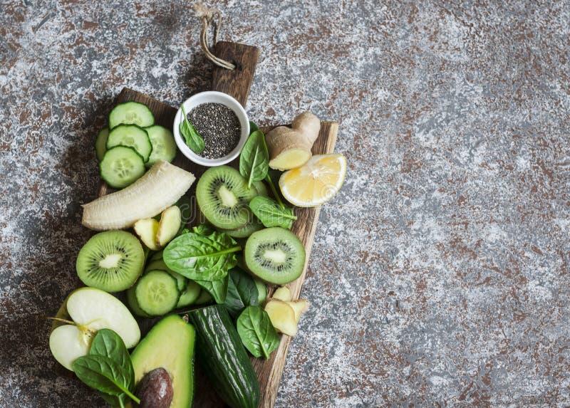 De achtergrond van het voedsel Detox groene groenten en vruchten op een houten raad Concept een gezond, dieetvoedsel royalty-vrije stock afbeeldingen