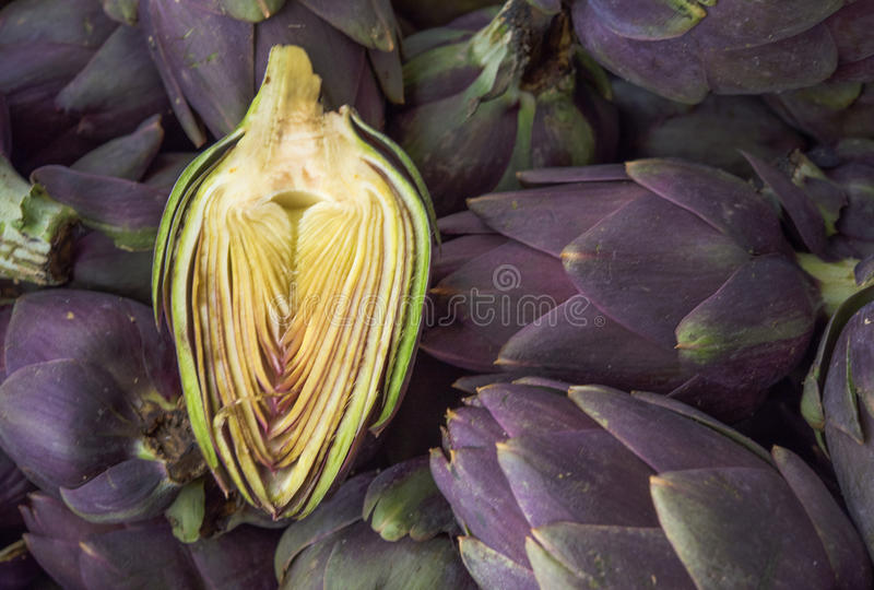 De achtergrond van het voedsel Groene en purpere Italiaanse Artisjokken royalty-vrije stock foto
