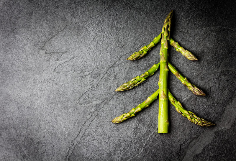 De achtergrond van het voedsel Kerstboom van concept dat van de asperge het Gezonde vakantie wordt gemaakt stock afbeeldingen