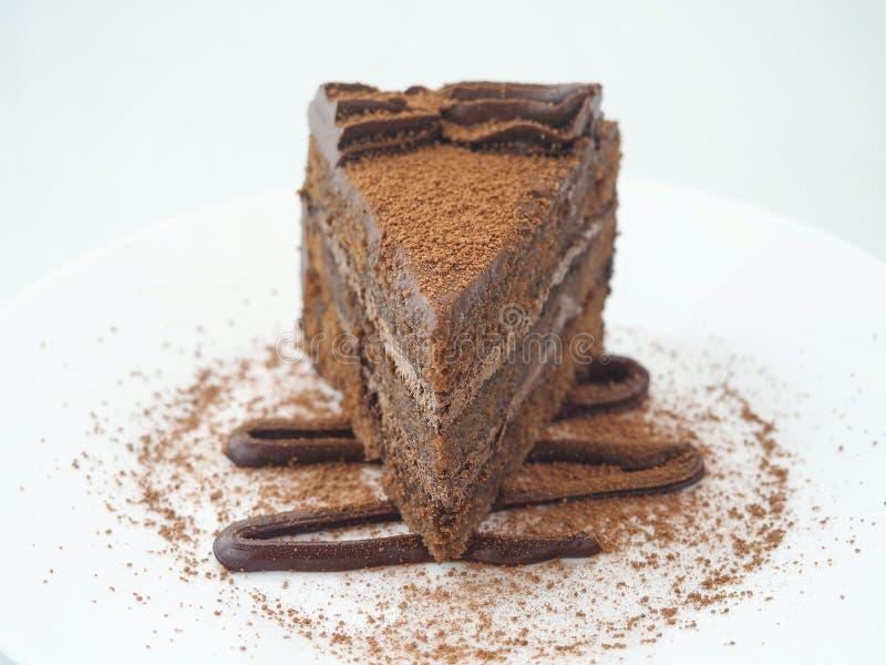 De achtergrond van het voedsel Stuk van chocoladecake dat op wit wordt geïsoleerdg Plak van verse die brownie op witte plaat word royalty-vrije stock foto's