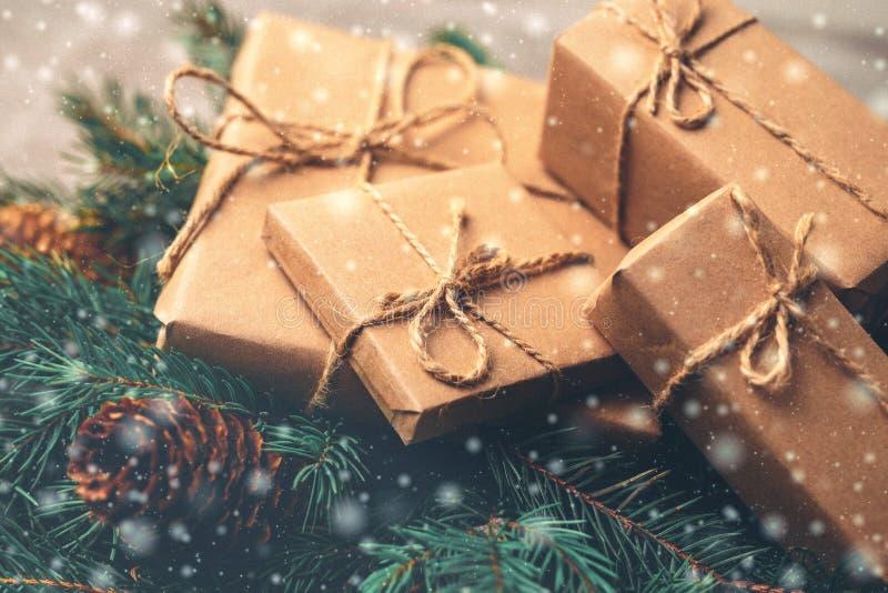 De achtergrond van Kerstmis Giftdozen en decoratie - boom en kegel stock afbeelding