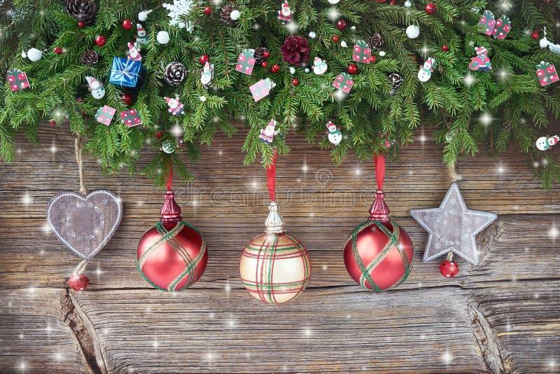 De achtergrond van Kerstmis Kerstmisspar met decoratie op houten raadsachtergrond stock fotografie
