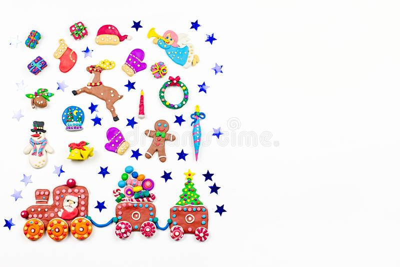De achtergrond van Kerstmis met decoratie Kerstman, Kerstmistrein met boom en snoepjes, sneeuwman, rendier en giften royalty-vrije stock foto