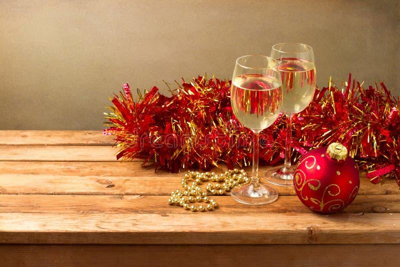 De achtergrond van Kerstmis met glazen wijn stock foto's
