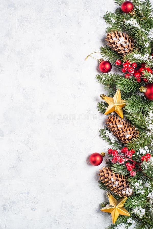 De achtergrond van Kerstmis met spar en decoratie stock afbeelding