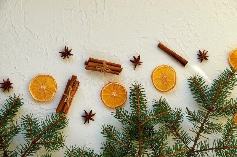 De achtergrond van Kerstmis De nieuwe decoratie van het jaarvoedsel met spar vertakt zich en traditionele kruiden voor overwogen  stock afbeelding