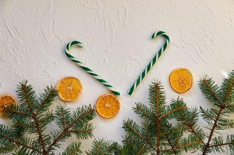 De achtergrond van Kerstmis De nieuwe jaardecoratie met spar vertakt zich, suikergoedkegels en traditionele kruiden, droge sinaas royalty-vrije stock afbeeldingen