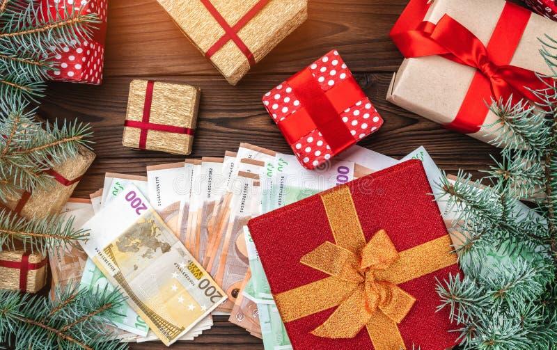 De achtergrond van Kerstmis De planning van de vakantie Giften voor gehouden van degenen Geld van verschillende waarden Ruimte vo stock foto