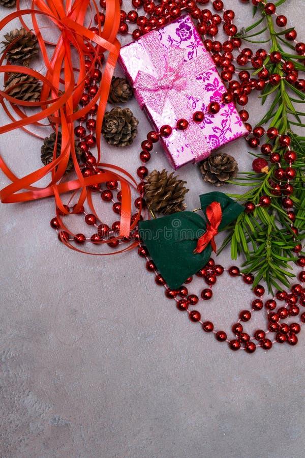 De achtergrond van Kerstmis roze gift, nette takken en decoratie Nieuwe jaardecoratie Het concept van de de wintervakantie Hoogst royalty-vrije stock foto