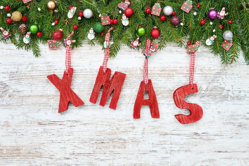 De achtergrond van Kerstmis Sparrentakken met Kerstmisdecoratio stock fotografie