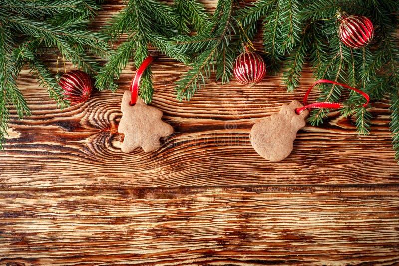 De achtergrond van Kerstmis Spartakken, rode ballen, peperkoek op de oude bruine raad Rustieke stijl De ruimte van het exemplaar stock afbeeldingen