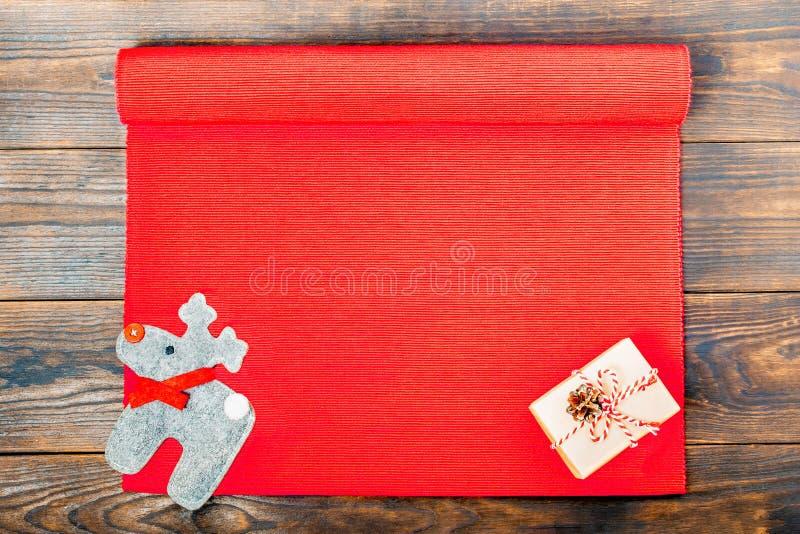 De achtergrond van Kerstmis Vlak-leg van document, de denneappel en de herten van de gift het vakje verfraaide ambacht op een roo royalty-vrije stock afbeelding