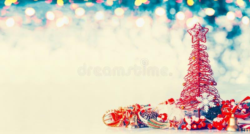 De achtergrond van de Kerstmisbanner met rode boom, ster en feestelijke decoratie op de blauwe winter bokeh royalty-vrije stock foto's