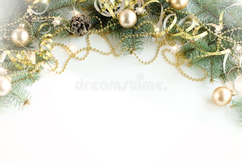De achtergrond van de Kerstmissamenstelling van Kerstboomtakken en gouden blauwe decoratie stock foto