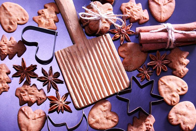 De achtergrond van de Kerstmisvakantie De koekjes van Kerstmis met feestelijke decoratie royalty-vrije stock afbeelding