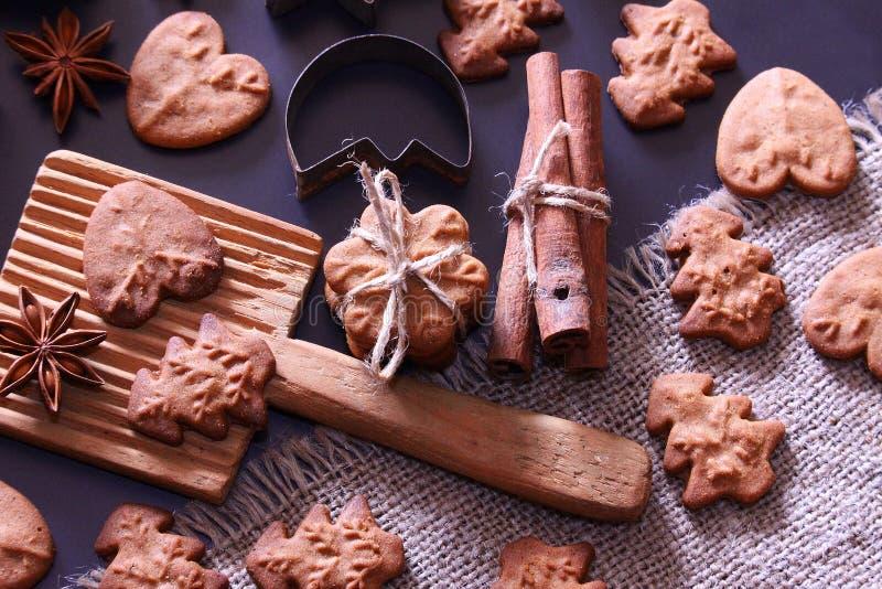 De achtergrond van de Kerstmisvakantie De koekjes van Kerstmis met feestelijke decoratie stock afbeeldingen