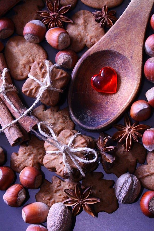 De achtergrond van de Kerstmisvakantie De koekjes van Kerstmis met feestelijke decoratie royalty-vrije stock fotografie