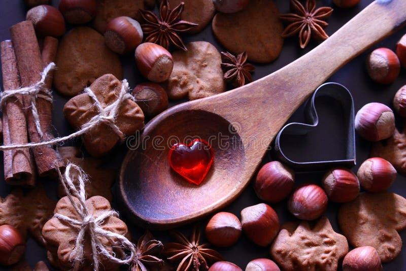 De achtergrond van de Kerstmisvakantie De koekjes van Kerstmis met feestelijke decoratie royalty-vrije stock foto's