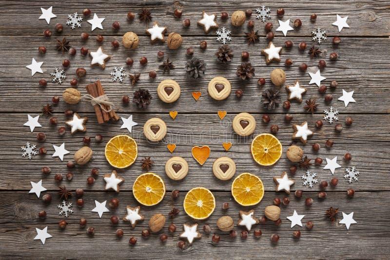 De achtergrond van de Kerstmisvakantie met eigengemaakte koekjes, droge sinaasappel royalty-vrije stock foto