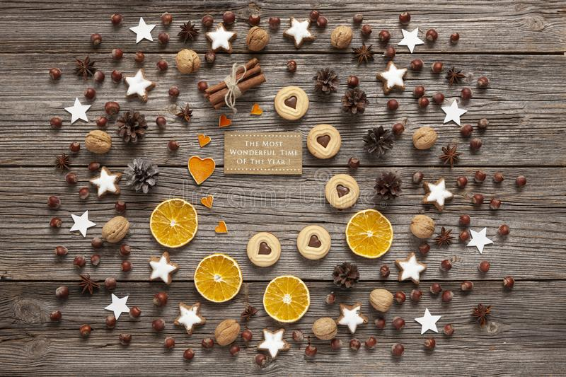 De achtergrond van de Kerstmisvakantie met eigengemaakte koekjes, droog oranje s stock afbeeldingen