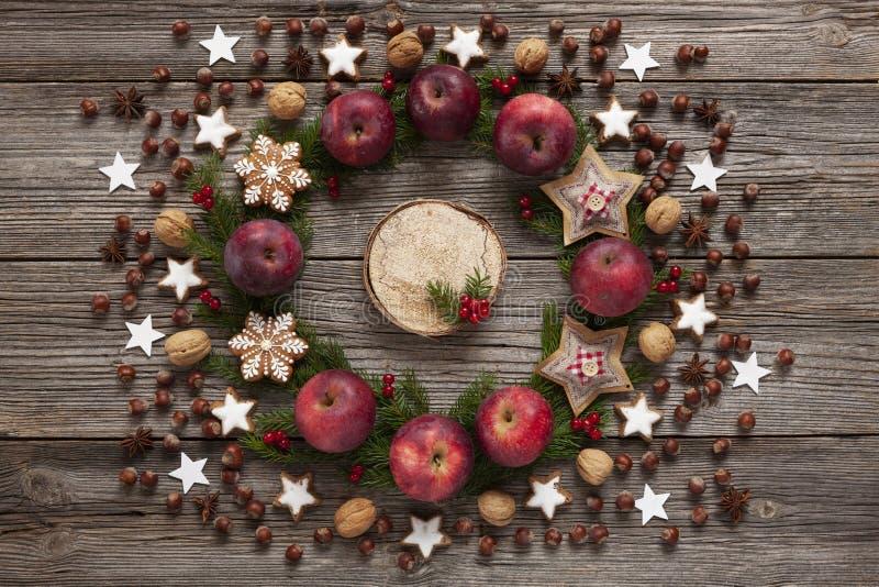 De achtergrond van de Kerstmisvakantie met eigengemaakte koekjes, rode appelen stock afbeelding