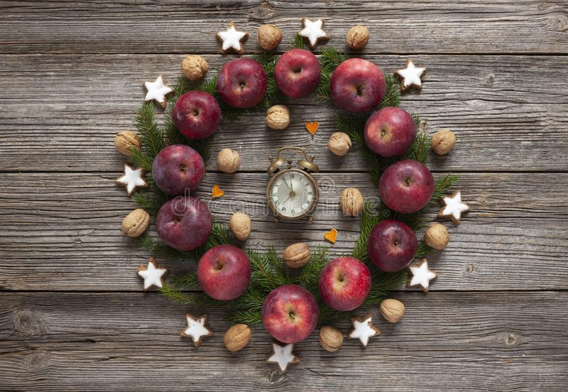 De achtergrond van de Kerstmisvakantie met eigengemaakte koekjes, rode appelen, stock afbeelding