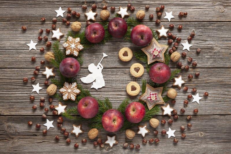 De achtergrond van de Kerstmisvakantie met eigengemaakte koekjes, rode appelen, stock foto