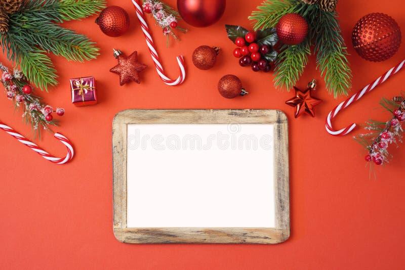 De achtergrond van de Kerstmisvakantie met fotokader, decoratie en o stock afbeeldingen