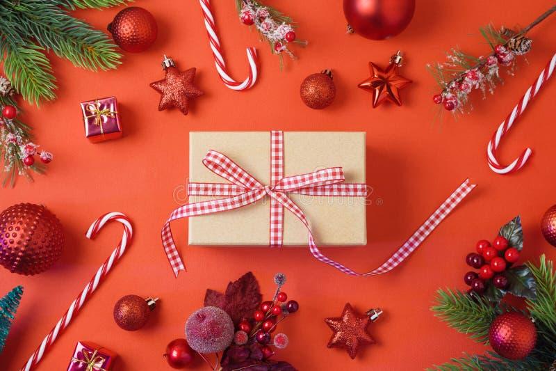 De achtergrond van de Kerstmisvakantie met giftdoos, decoratie en orna royalty-vrije stock afbeelding