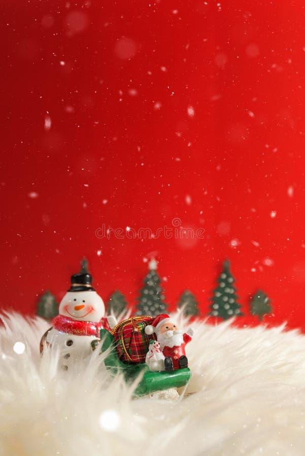 De achtergrond van de Kerstmisvakantie met Kerstman en decoratie Kerstmislandschap met giften en sneeuw Vrolijke Kerstmis en gelu royalty-vrije stock foto