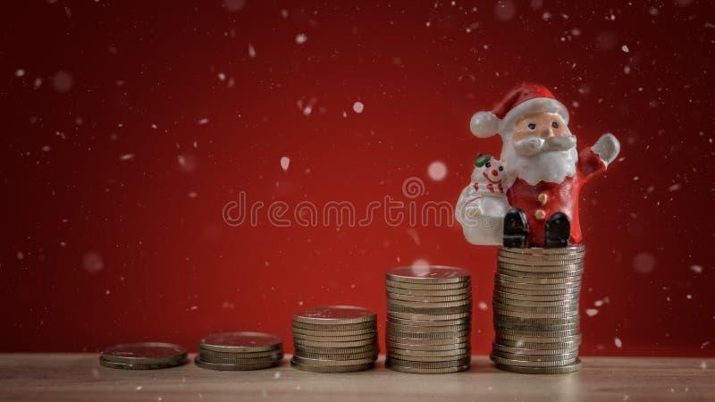De achtergrond van de Kerstmisvakantie met Kerstman en de stapelachtergrond van het geldmuntstuk De vakantieachtergrond van de Ke stock afbeeldingen