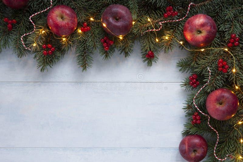 De achtergrond van de Kerstmisvakantie met rode appelen, rode bessen stock foto