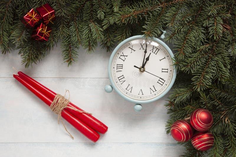 De achtergrond van de Kerstmisvakantie met uitstekende alarm-klok, ballen royalty-vrije stock afbeelding