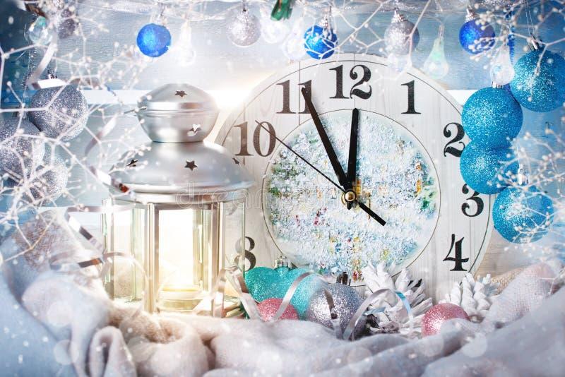 De achtergrond van de Kerstmiswinter, de uren van Kerstmisdecoratie en kaars Gelukkig Nieuwjaar Vrolijke Kerstmis stock afbeelding